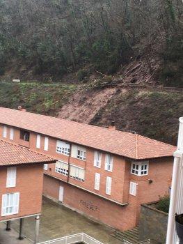 21 familias desalojadas por un desprendimiento en bergara for Muebles basoko