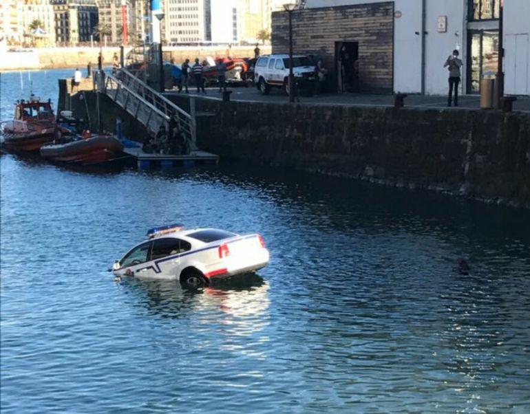 Un coche de la ertzaintza se hunde en aguas del puerto de for Muebles basoko